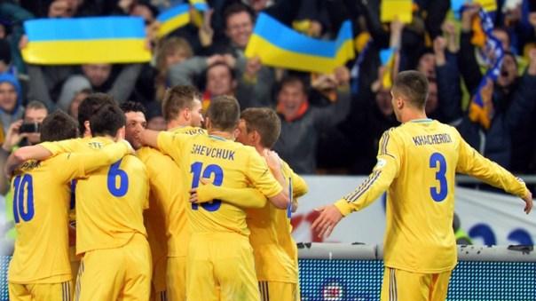 Ucranianos comemoram vitória em cima da França (Foto: AFP)