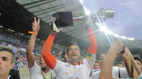 Fábio levantou a taça neste domingo (Foto: Reprodução Twitter)