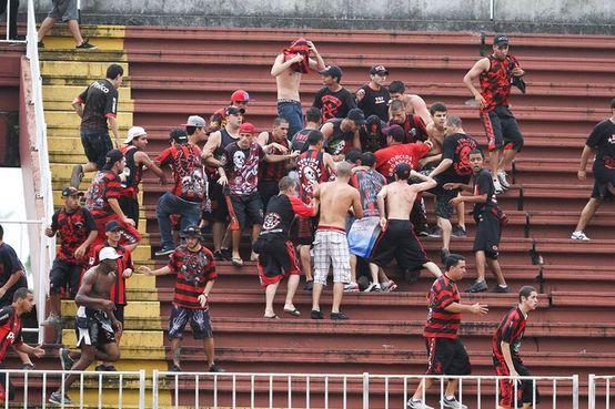 Briga entre torcidas de Atlético-PR  e Vasco tentou, com força, estragar a última rodada do Brasileirão 2013 (Foto: Reprodução Globoesporte.com)